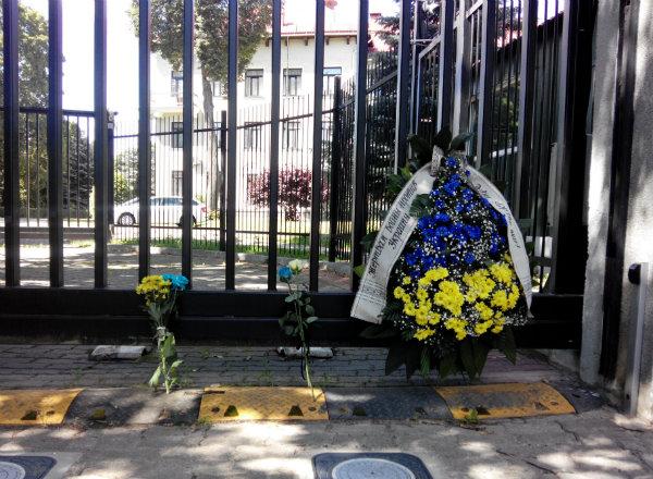 Активісти поклали вінок під ворота посольства РФ в Литві